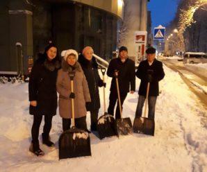 """Працівники КП """"Полігон ТПВ"""" приймають безпосередню участь в прибиранні снігу по вулиці Військових Ветеранів."""